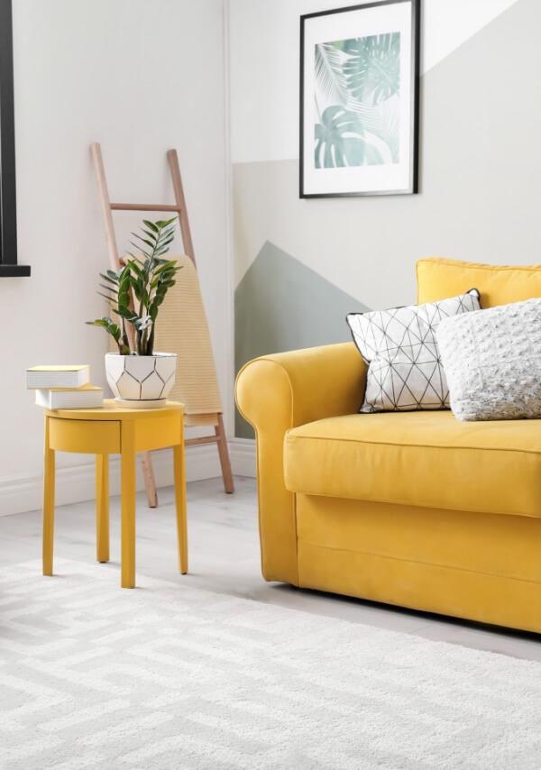 Bardzo jasny salon z sofą tapicerowaną w kolorze żółtym. Tkanina obiciowa Brawa - marboss.eu