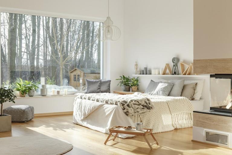 Przytulna oraz bardzo jasna sypialnia - połączenie bieli oraz szarości z naturalnym drewnem - Marboss tkaniny